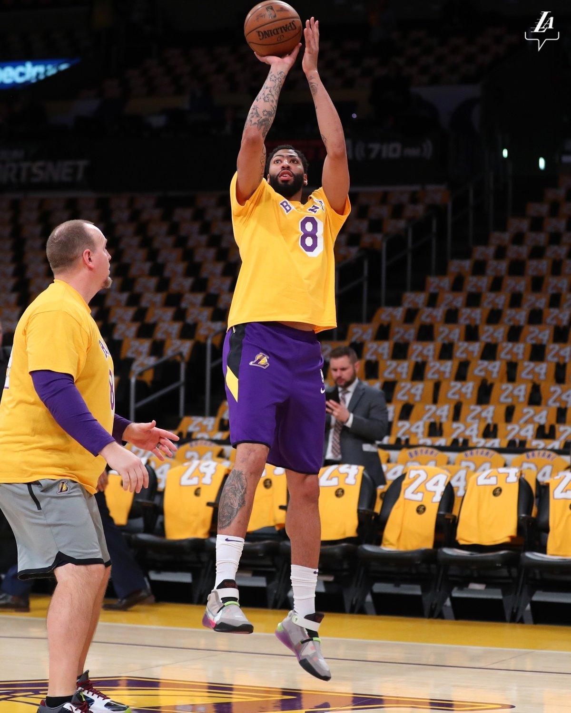 Anthony Davis při předzápasové rozcvičce oblékl tričko s číslem osm na hrudi na památku zesnulého Kobeho Bryanta