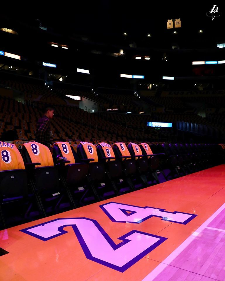 Číslo 24, které nosil Kobe Bryant, u palubovky Staples Center