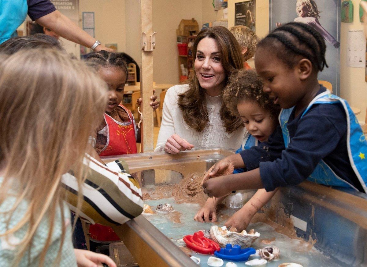 Vévodkyně Kate velmi často navštěvuje dětská centra. Momentálně se angažuje v celostátním průzkumu týkajícího se raného dětství.