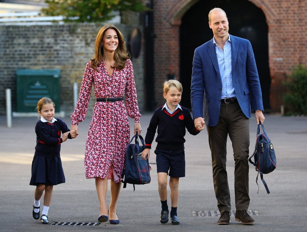 Kate a William vyprovázejí George a Charlottu do školy.