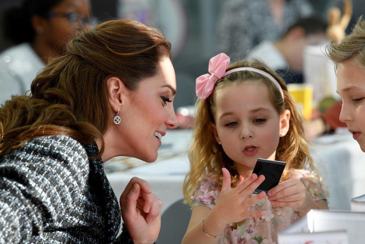 Kate s dětmi v dětské nemocnici v Londýně.