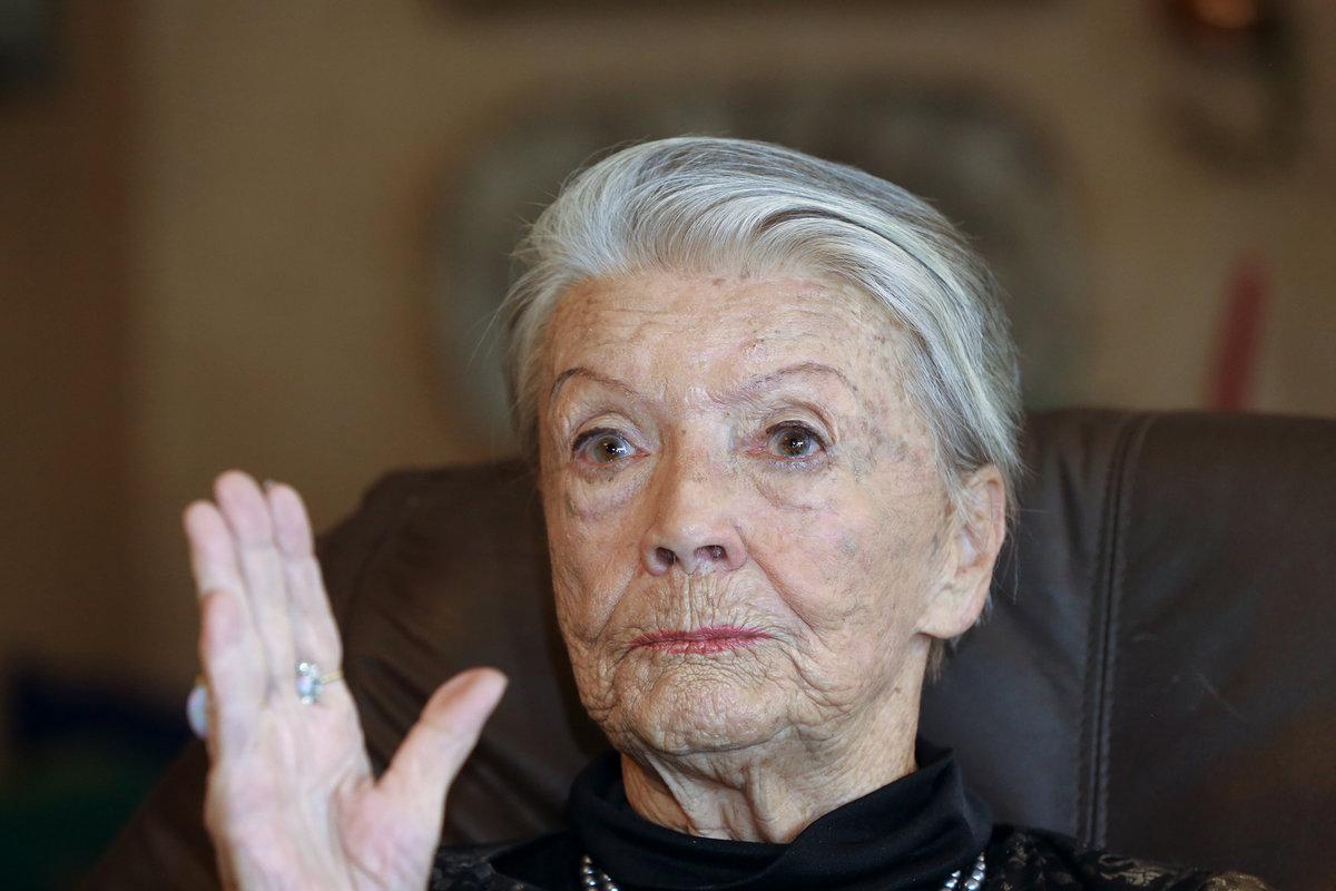 Na premiéře filmu Poslední aristokratka už se herečka opírala o berli.