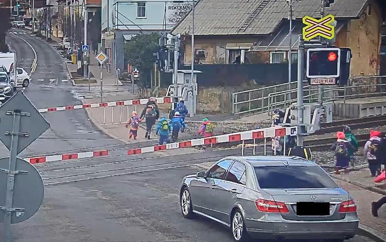Učitelky přebíhaly s dětmi přes koleje v Řeporyjích, i když byly spuštěné závory a blikala výstražná světla.