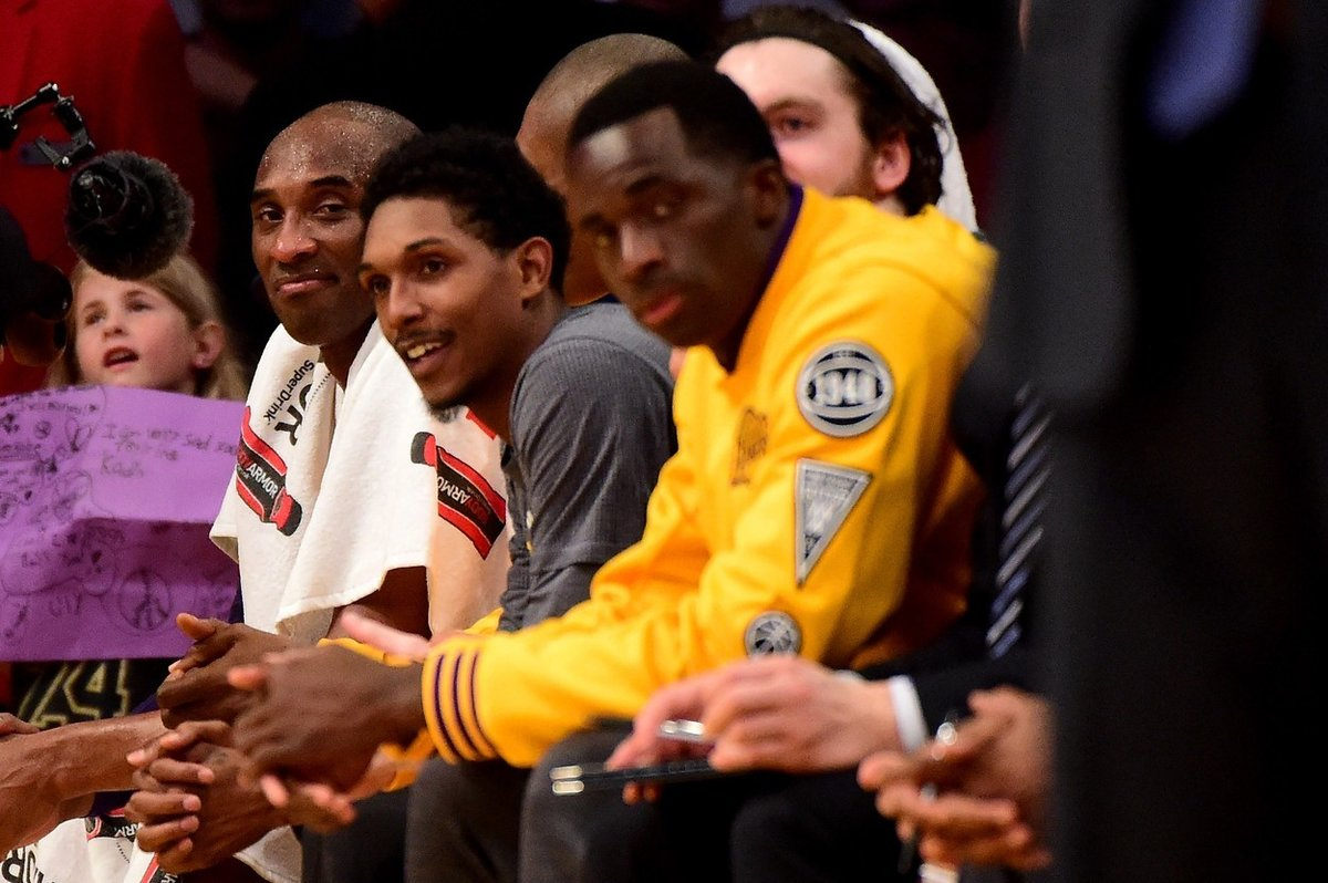 Lou Williams vedle Kobeho Bryanta na lavičce Lakers