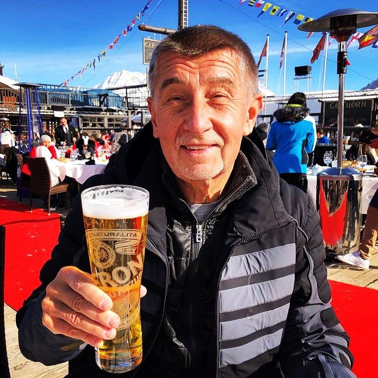 Andrej Babiš (ANO) s pivem: Pozdrav z Alp, kam vyrazil s rodinou
