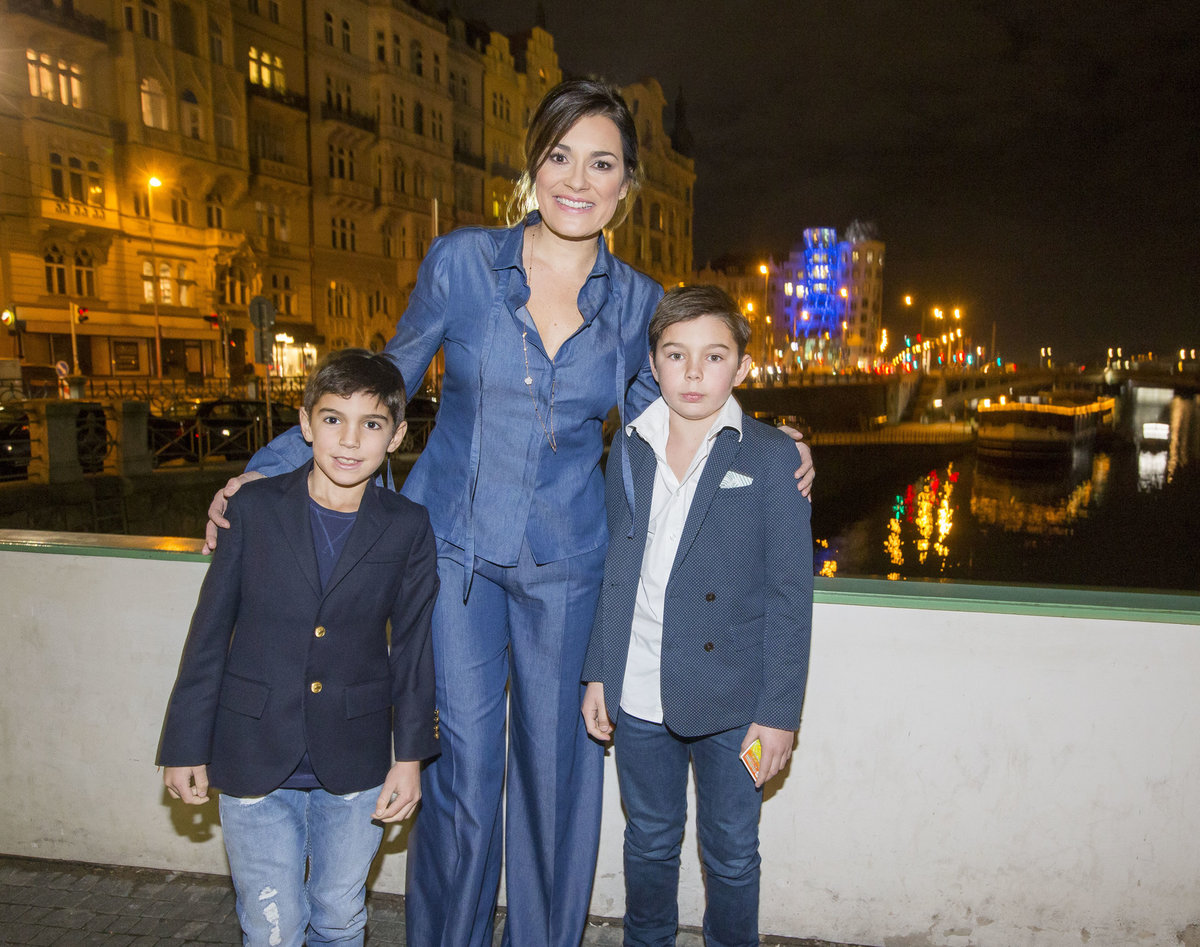 Modelka se syny Davidem (vlevo) a Louisem.