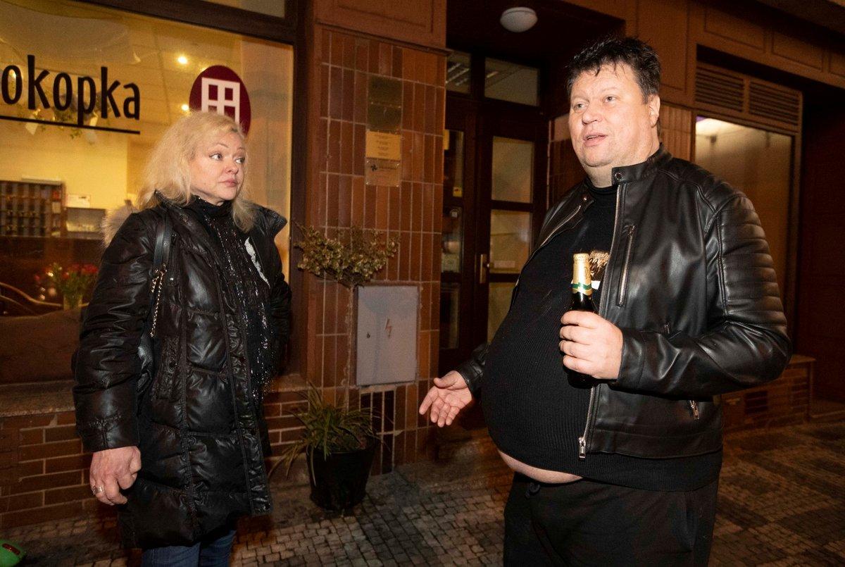 PRAHA-ŽIŽKOV, PÁTEK 02:44 Před hotelem se strhla hádka. Přesto Dominika přespala u Tima.