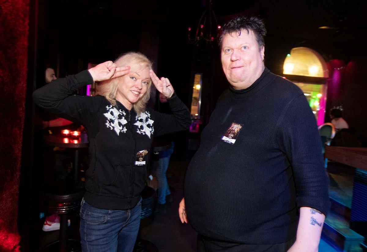 Ještě minulý týden spolu Timo a Dominika vyrazili na koncert švédské metalové skupiny. A pak do baru.