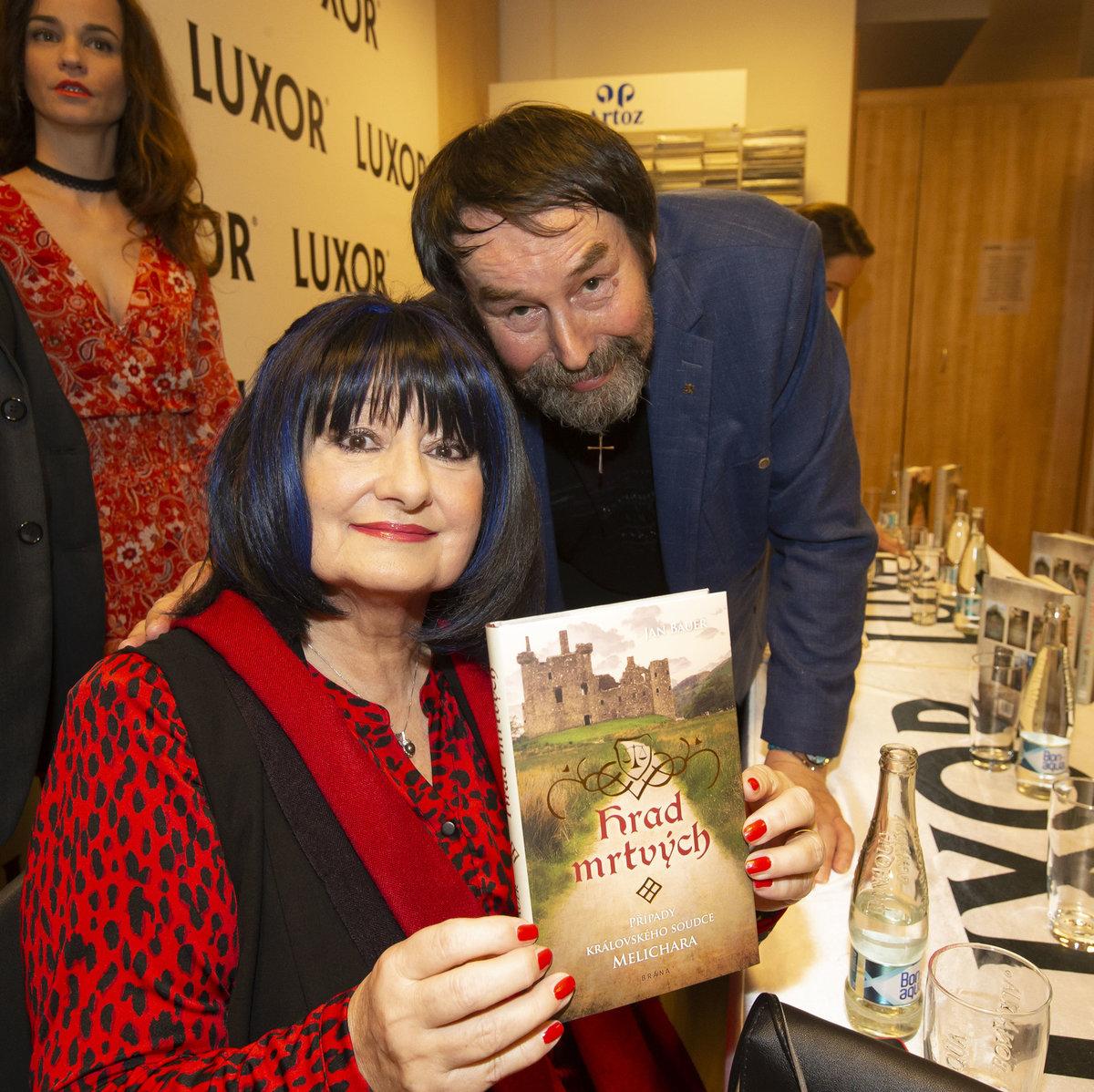 Eva Jurinová pokřtila knihu kamarádovi Janu Bauerovi.