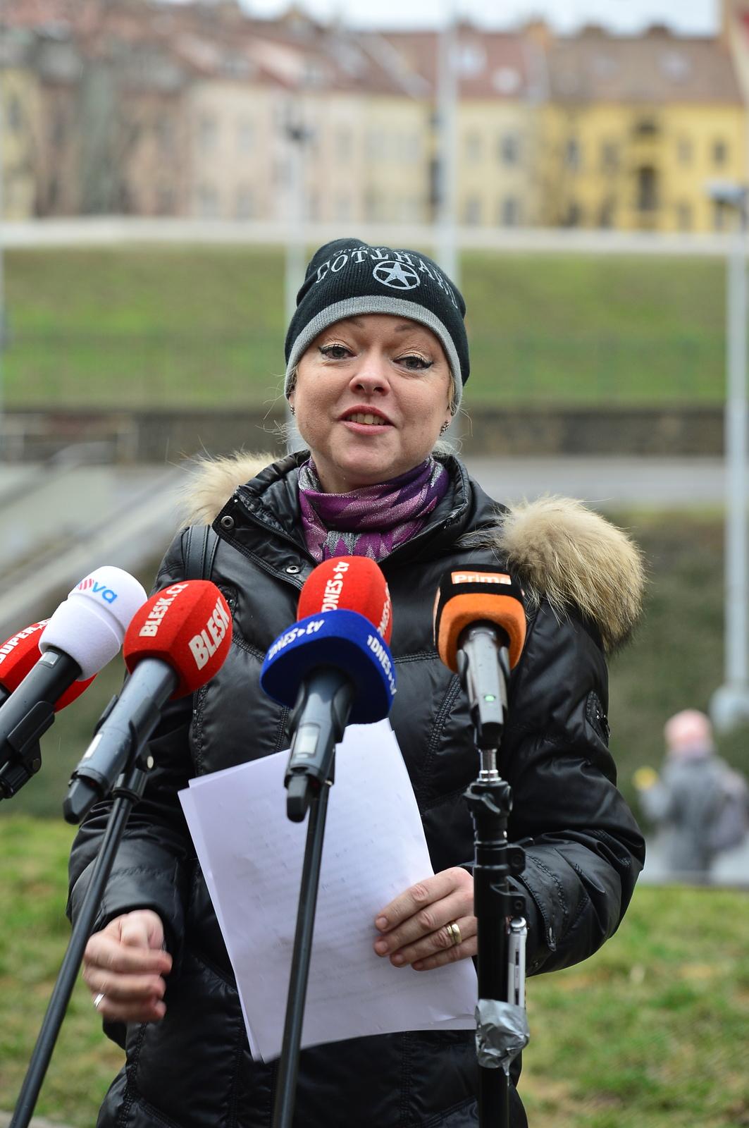 Dominika Gottová během své tiskové konference v parku.