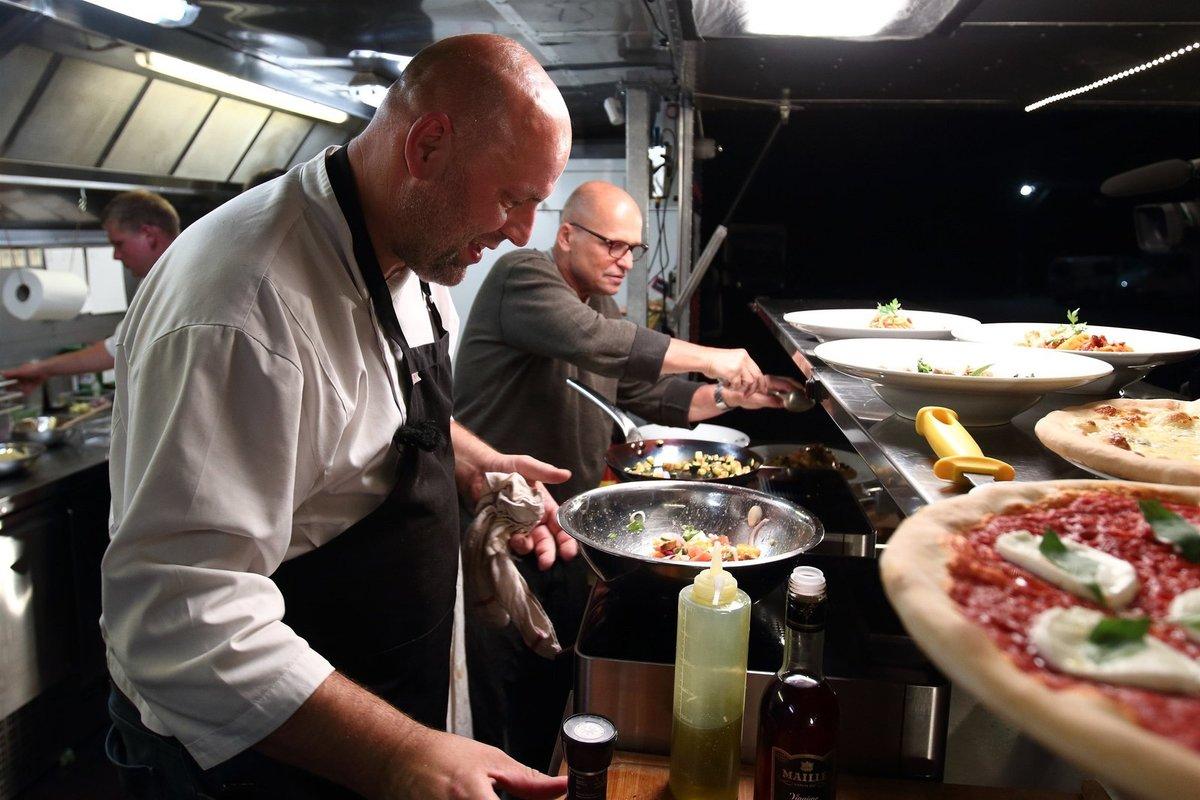 Za 24 hodin dostanou kuchaři v pojízdné kuchyni průpravu od profesionálů...