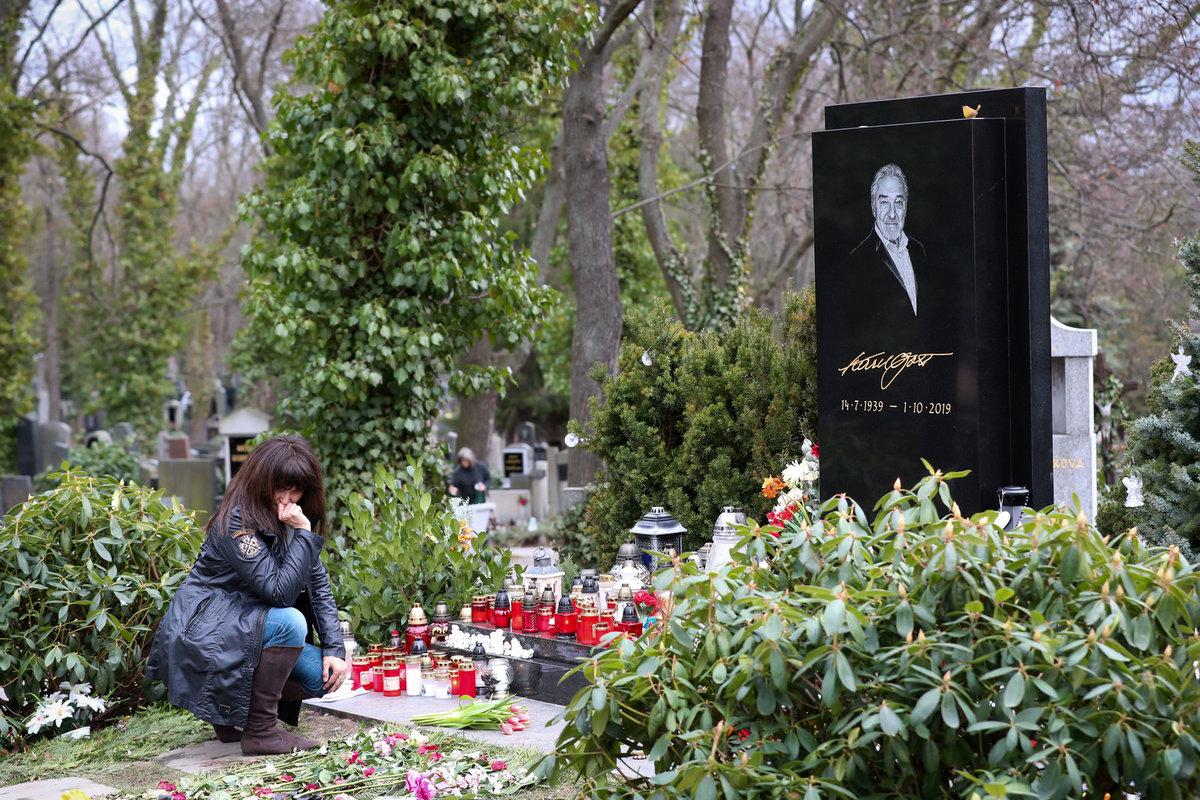 U náhrobku se neubránila slzám.