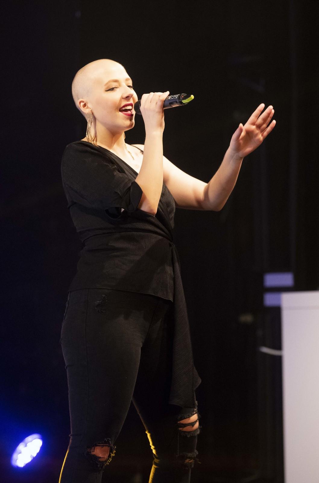Anička Slováčková na pódiu pár hodin po chemoterapii.