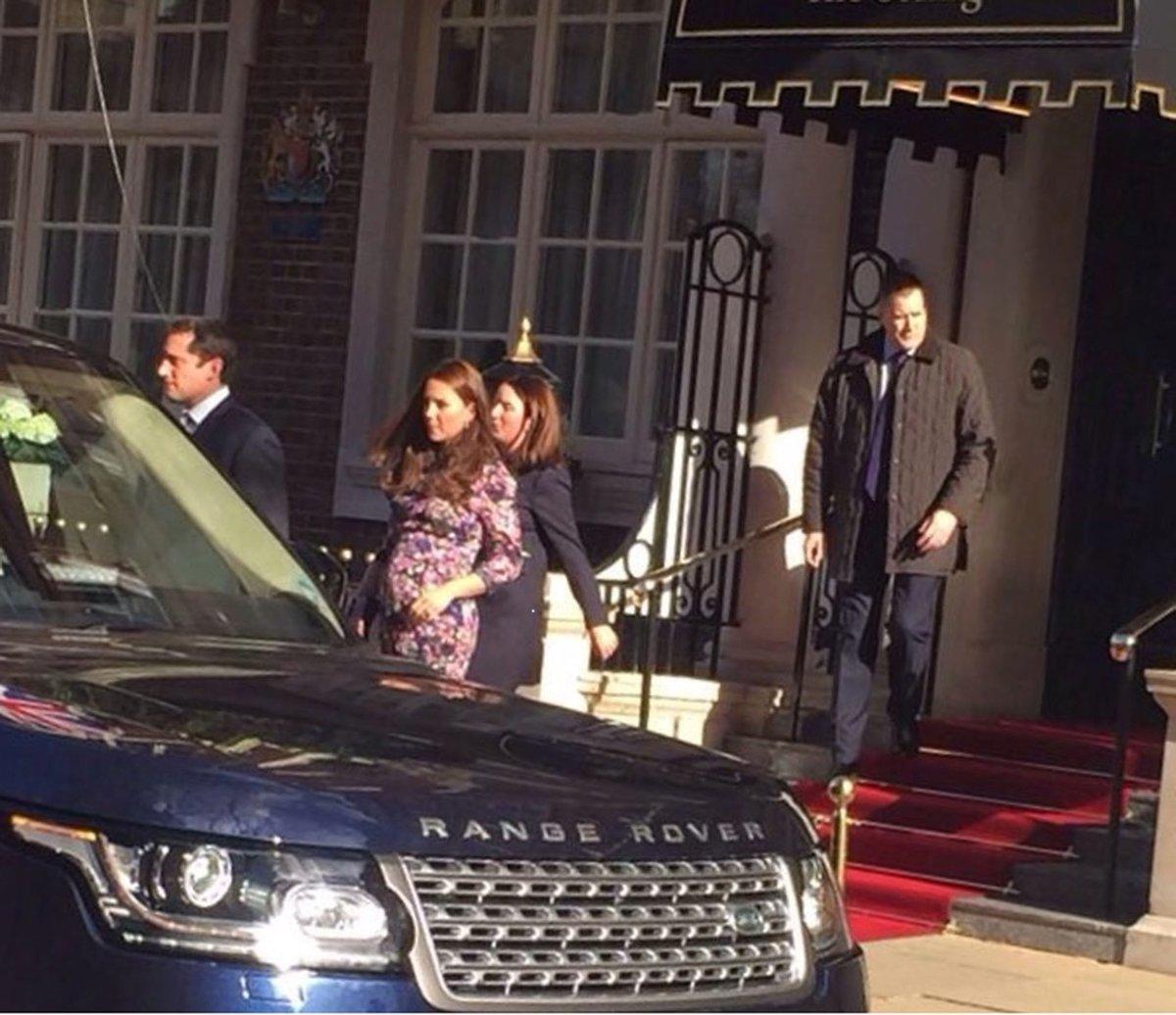 Těhotná Kate Middleton vychází z hotelu The Goring