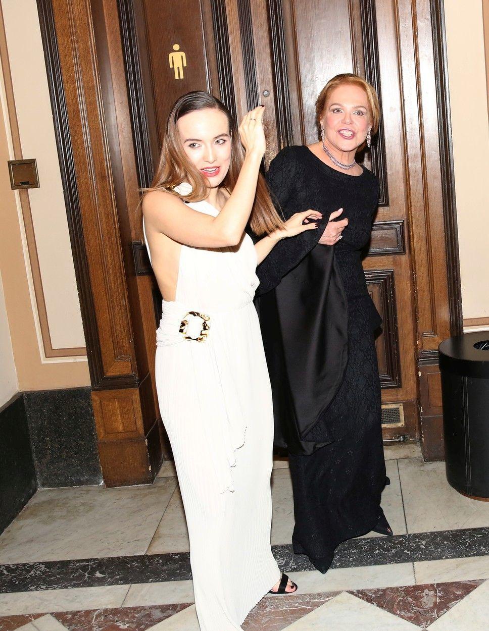 Dagmar Havlová s Terezou Ramba na pánských toaletách
