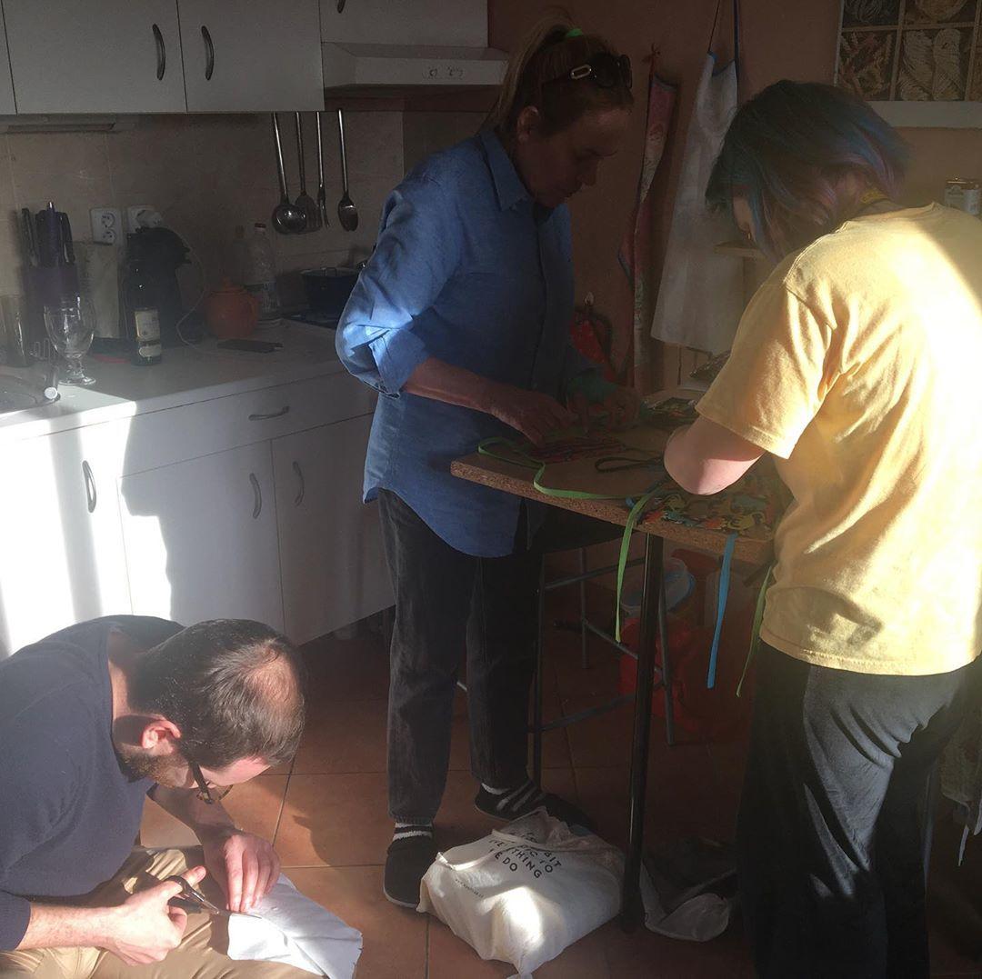 Dagmar Havlová pomáhá šít roušky.