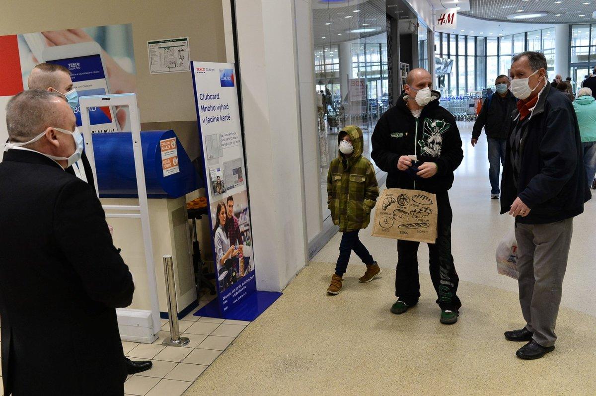 V Česku platí zákaz vycházení bez zakrytí úst a nosu. Většina lidí nasadila roušky. (19. 3. 2020)