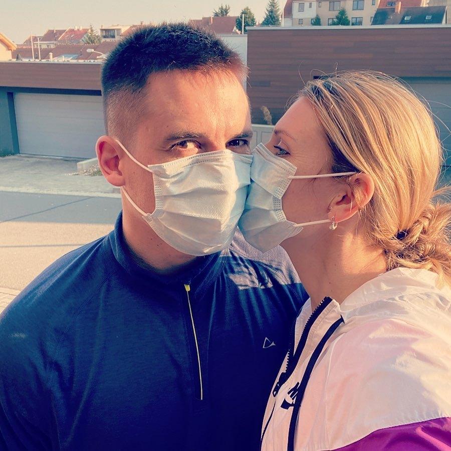 Lucie Šafářová s Tomášem Plekancem v rouškách