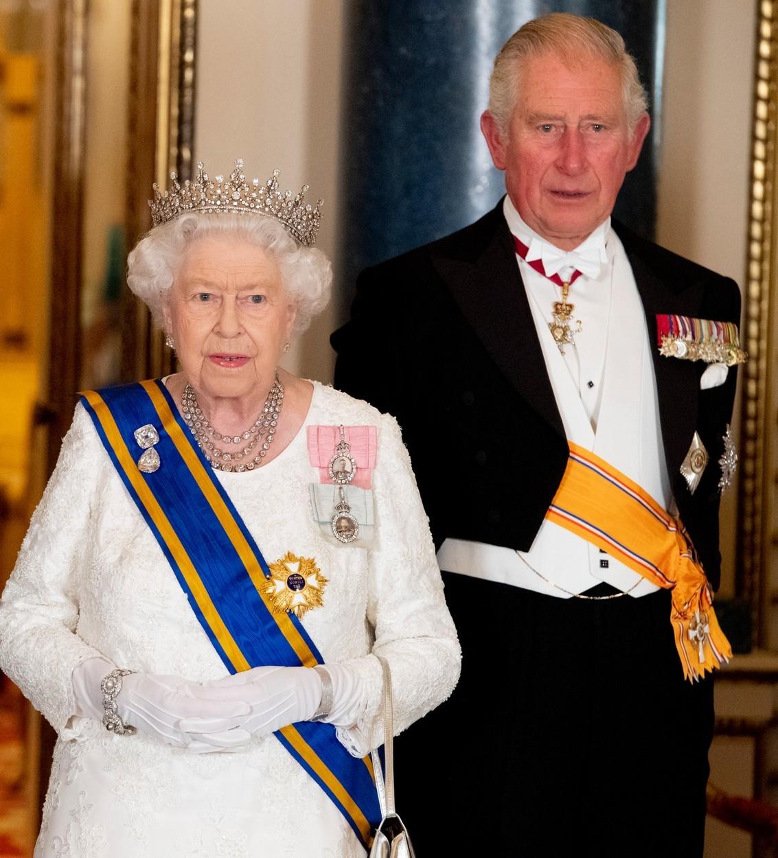 Princ Charles a královna Alžběta