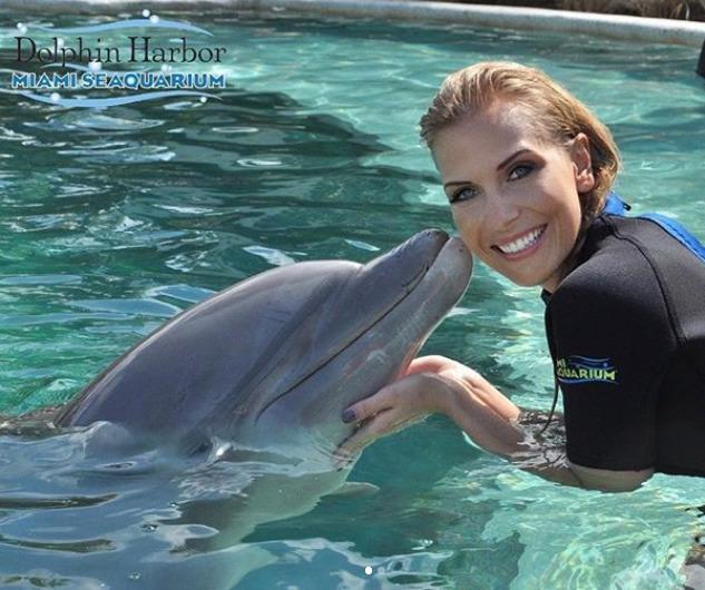Michaela Ochotská s delfínem