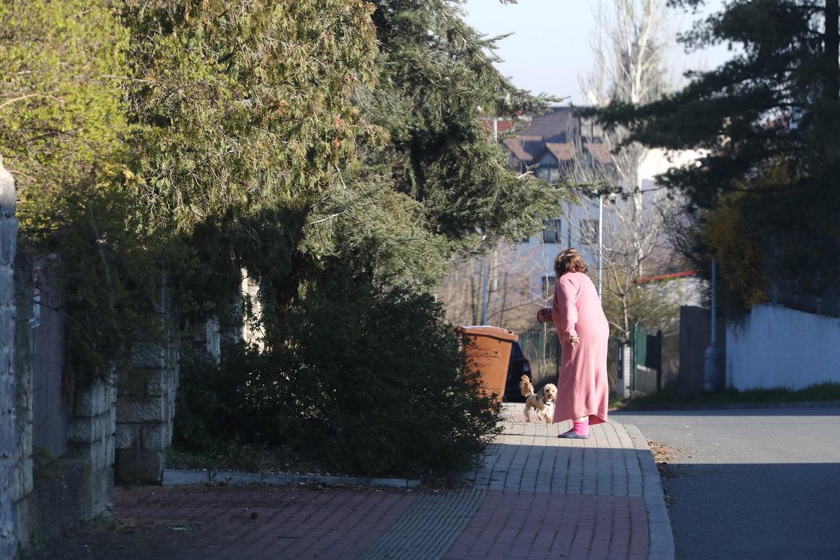 Jiřina Bohdalová v karanténě se psem, ale bez roušky...