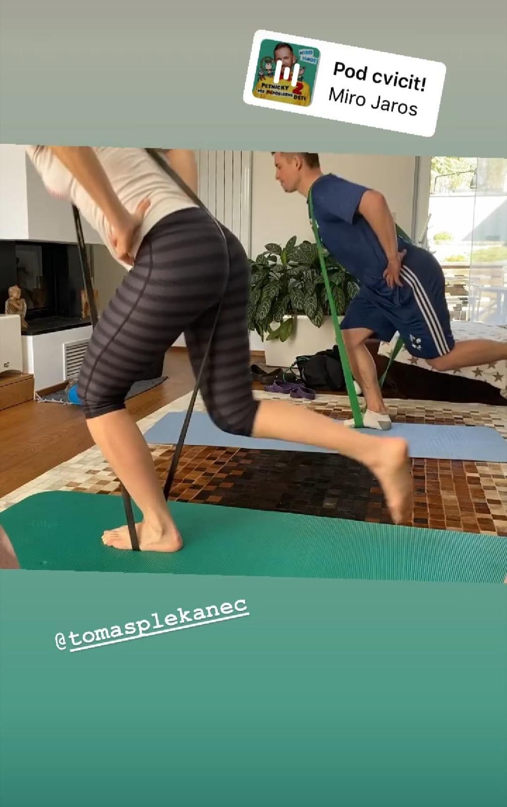 Pár si zacvičil i s odporovými gumami