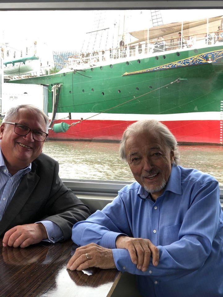 Loni v květnu se Karel setkal se svým německým manažerem Wolfgangem Kaminskim v Hamburku.