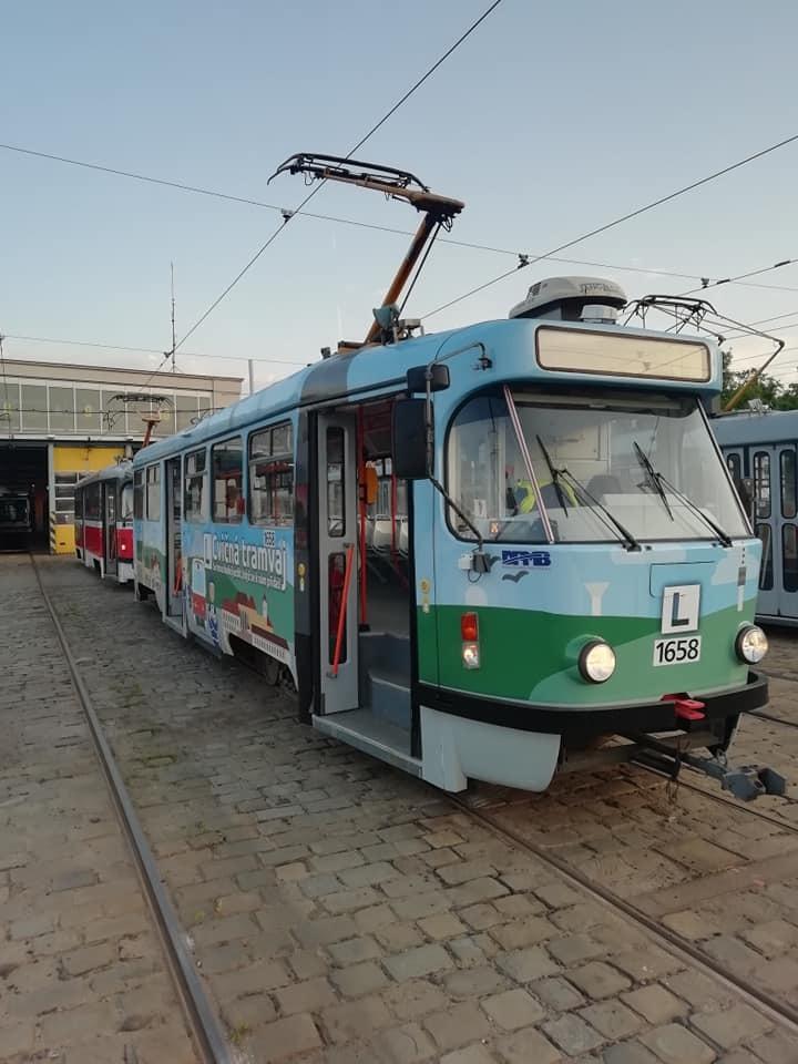 Paradoxní je, že se pracovníci hygieny řidiče MHD Petra, kterého mohl nakazit jakýkoliv pasažér tramvaje, ptali na pobyt v Itálii.