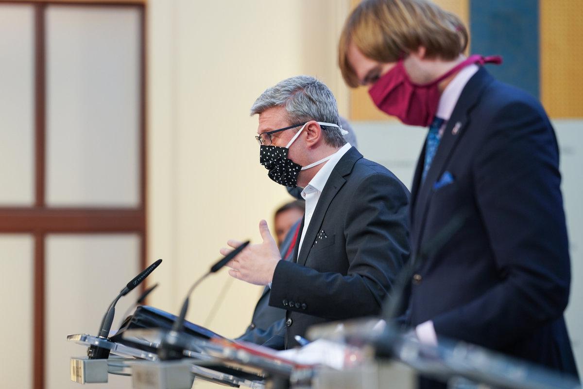 Jednání vlády o koronaviru: ministr zdravotnictví Adam Vojtěch a vicepremiér a ministr průmyslu, obchodu a dopravy Karel Havlíček (6.4.2020)