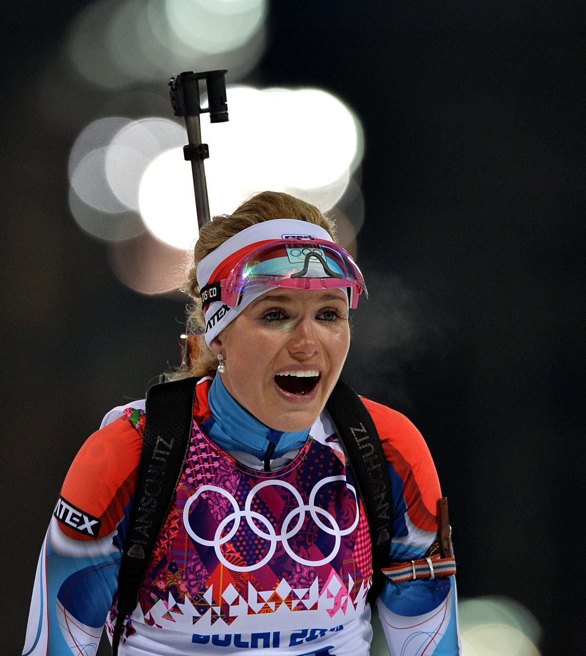 2014. Stříbrná radost Gabriely Koukalové po závodě s hromadným startem na olympiádě v Soči, ve kterém vybojovala stříbro.