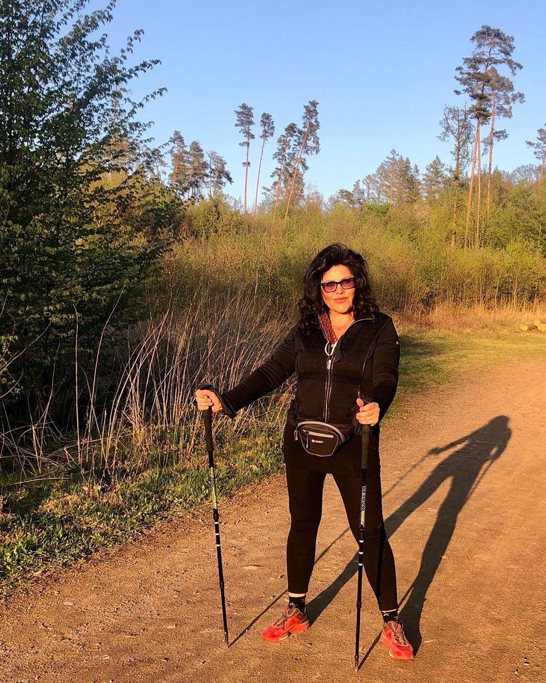 Ilona Csáková na procházce