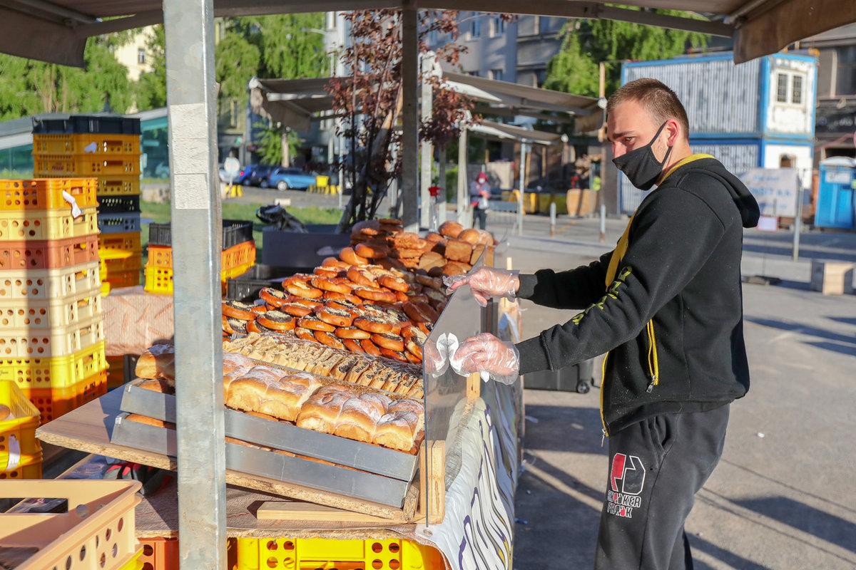 Uvolňování opatření kvůli koronaviru: Farmářské trhy mohly opět 20. dubna otevřít. Na snímku trh na Hradčanské v Praze (20.4.2020)