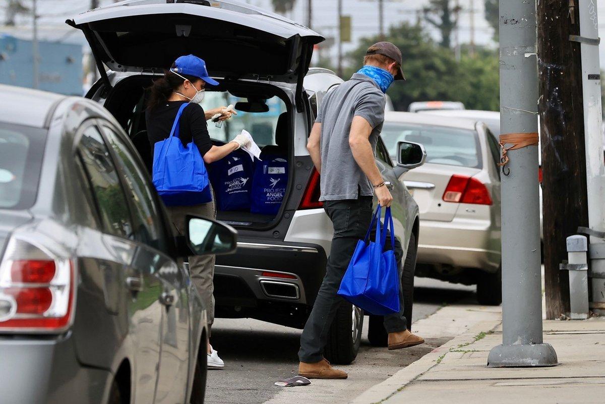 Meghan Markle a princ Harry rozdávají v Los Angeles jídlo potřebným