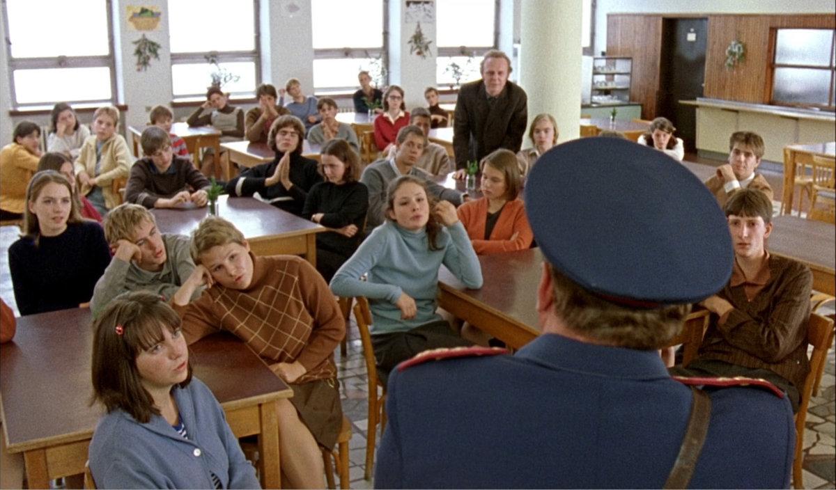 1999 - Pelíšky: Dagmr Teichmannová hrála studentku, která si opírá loket o stůl a má na sobě modrý svetr
