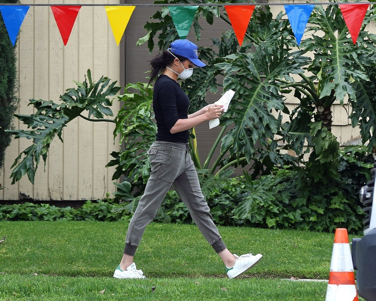 Harry a Meghan v nových rolích i šatech - V L. A. roznáší jídlo, ona šik, princ jak šmudla.