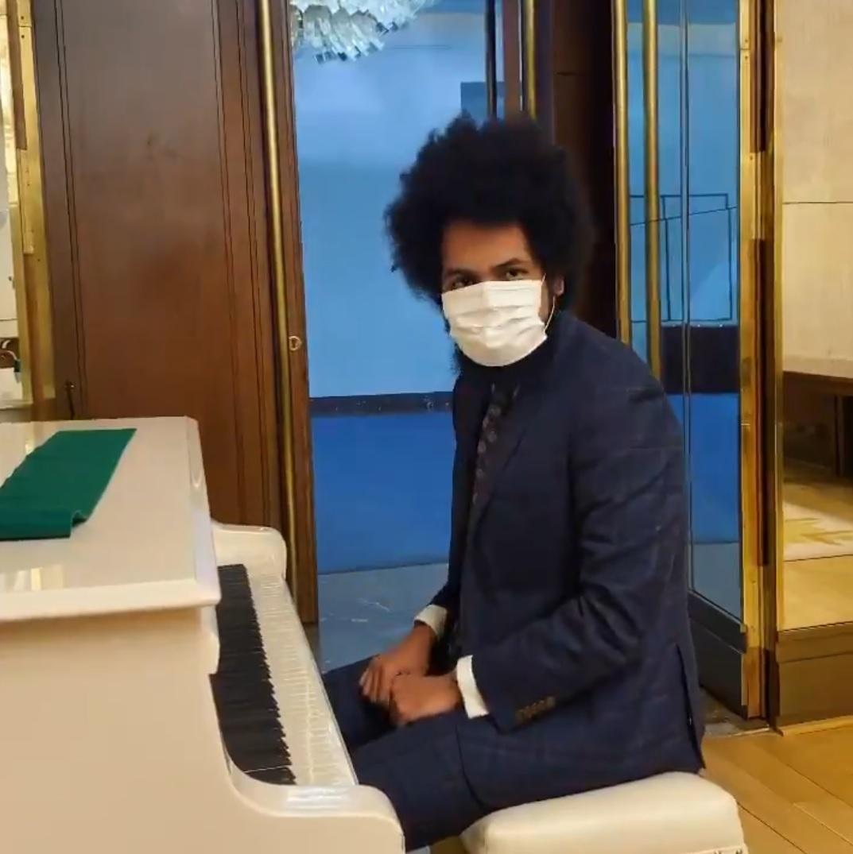 Dominik Feri (TOP 09) v roušce si ve Sněmovně střihl part na klavír (28.4.2020)
