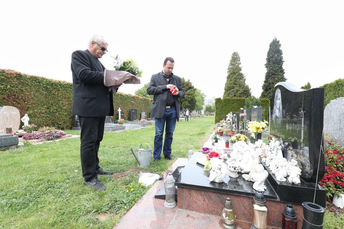 Vdovec Josef Rychtář u hrobu Ivety Bartošové na šesté výročí její smrti