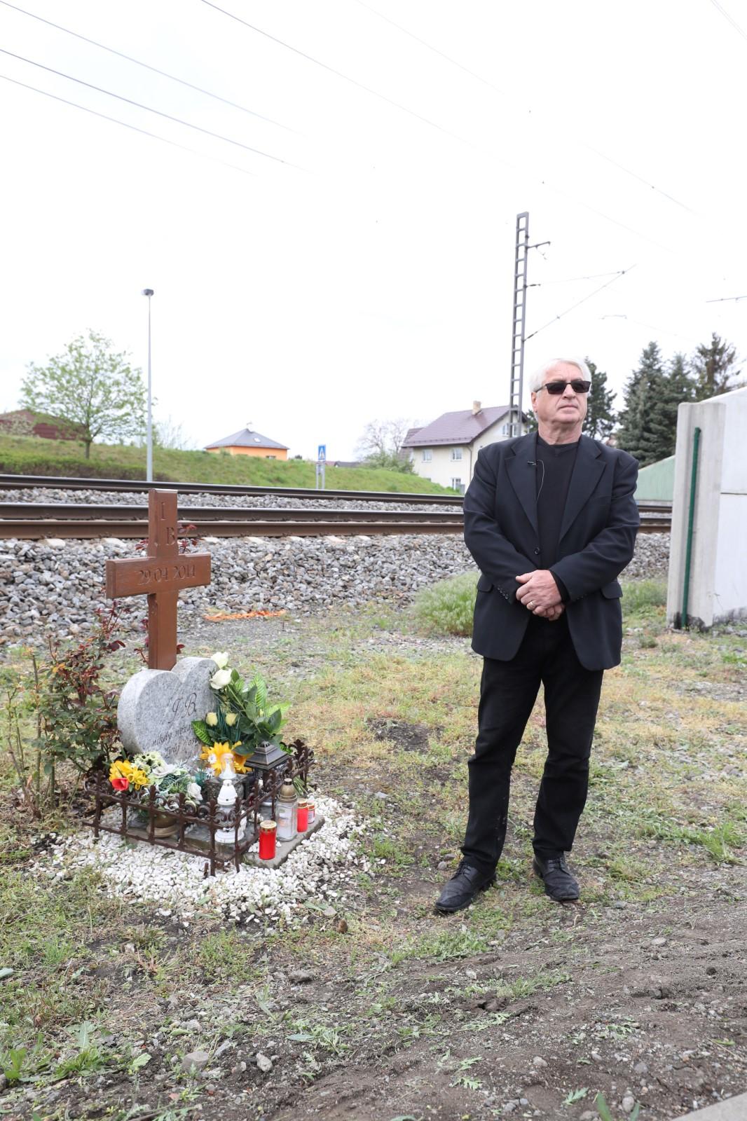 Vdovec Josef Rychtář u pomníčku Ivety Bartošové na šesté výročí její smrti