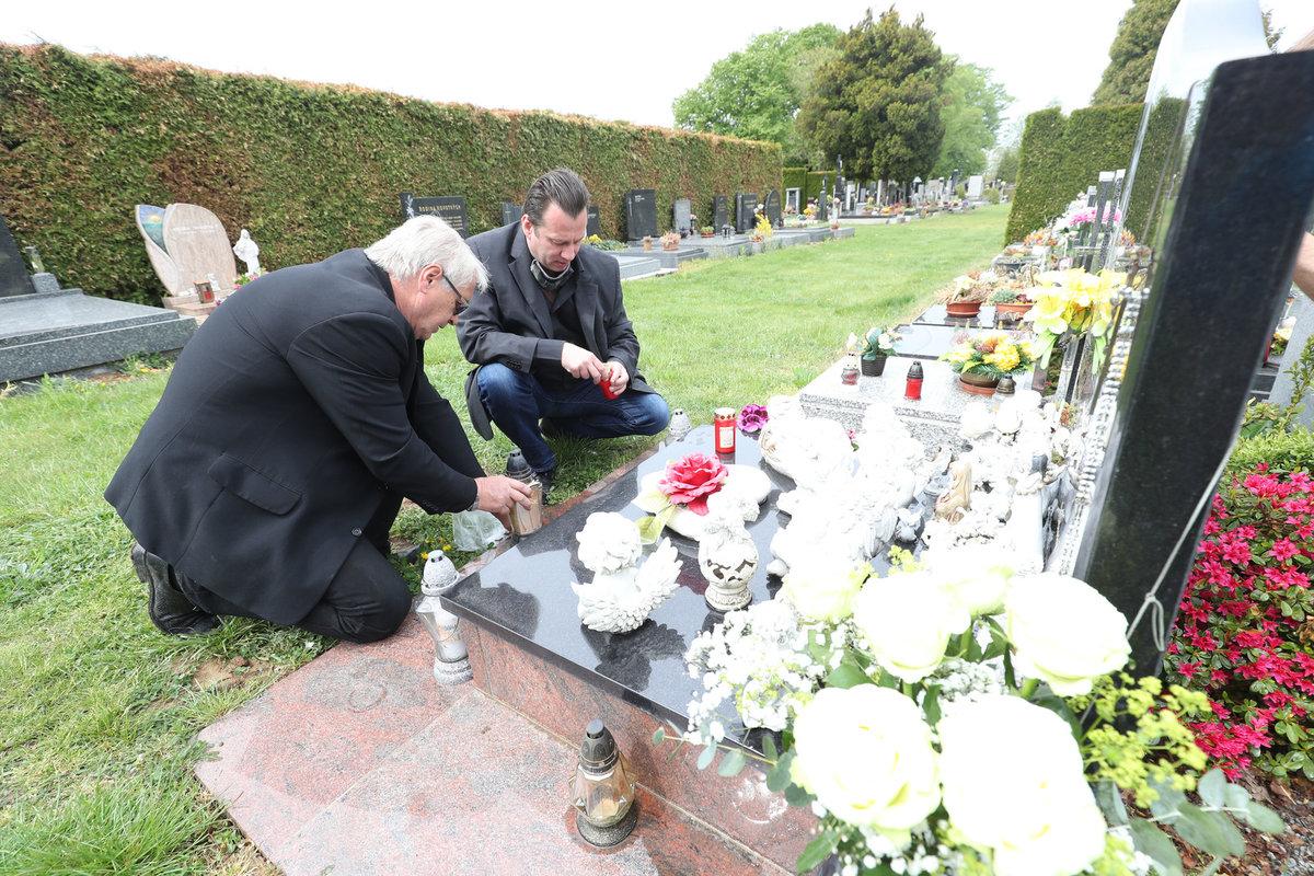 Vdovec Josef Rychtář se svým věrným fanouškem Petrem Veselým v Říčanech u hrobu Ivety Bartošové.