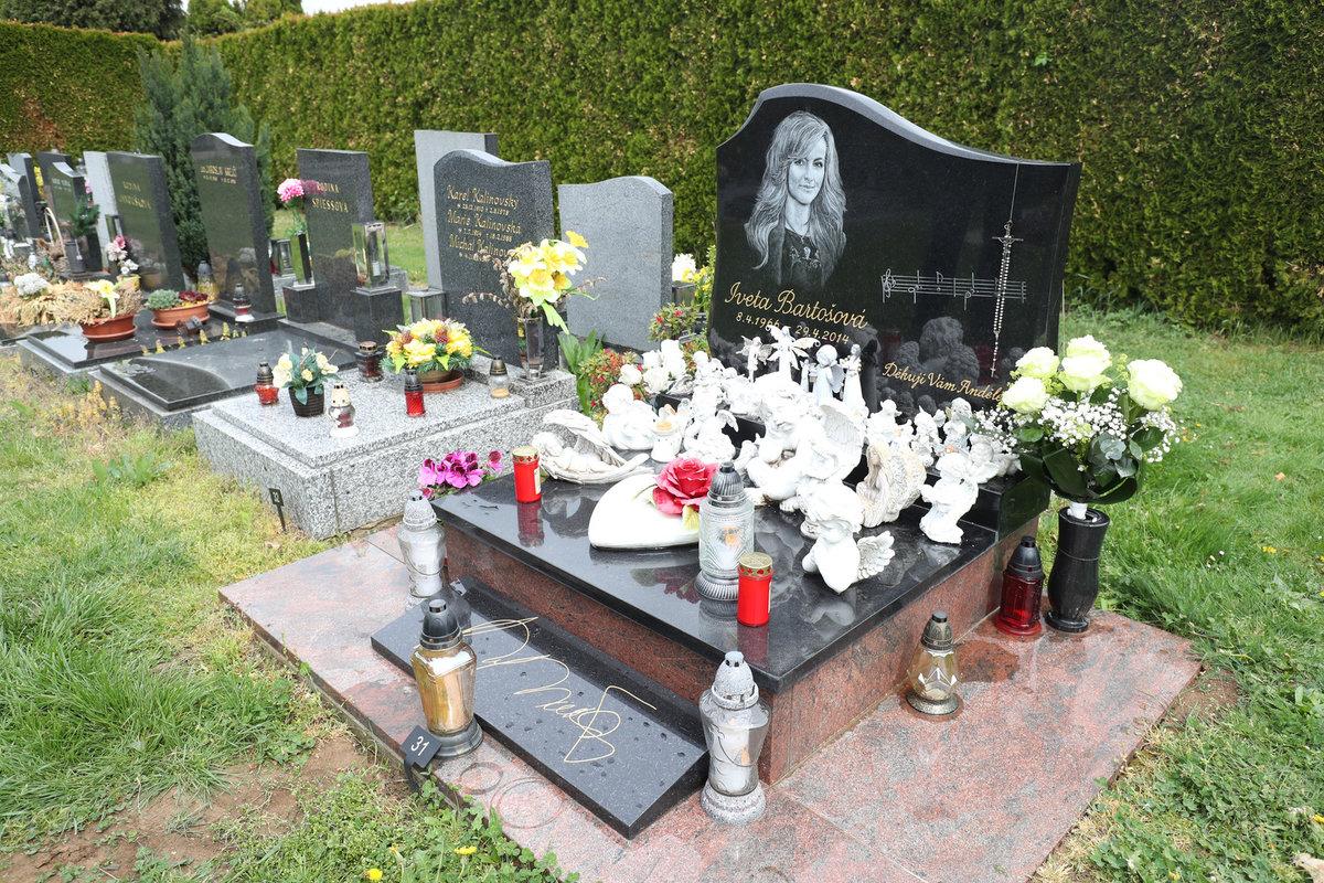 Hrob Ivety Bartošové je i po letech udržovaný.