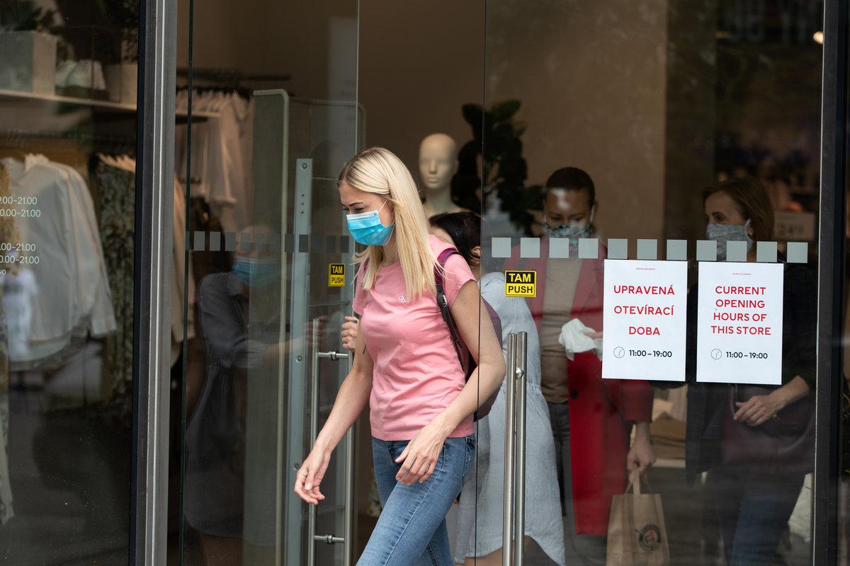 Češi a roušky: Kvůli pandemii si je lidé (povinně) zvykli nosit