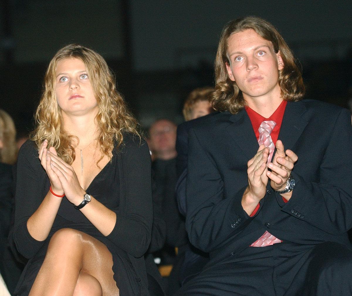 2004. Lucie Šafářová na vyhlášení ankety Zlatý kanár po boku Tomáše Berdycha.