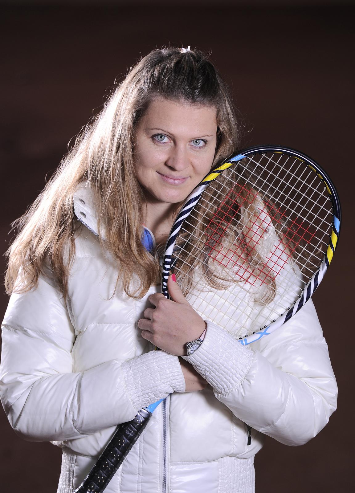 2013. Tenis je láska! Šafářová přitiskla raketu k srdci při focení pro Sport.