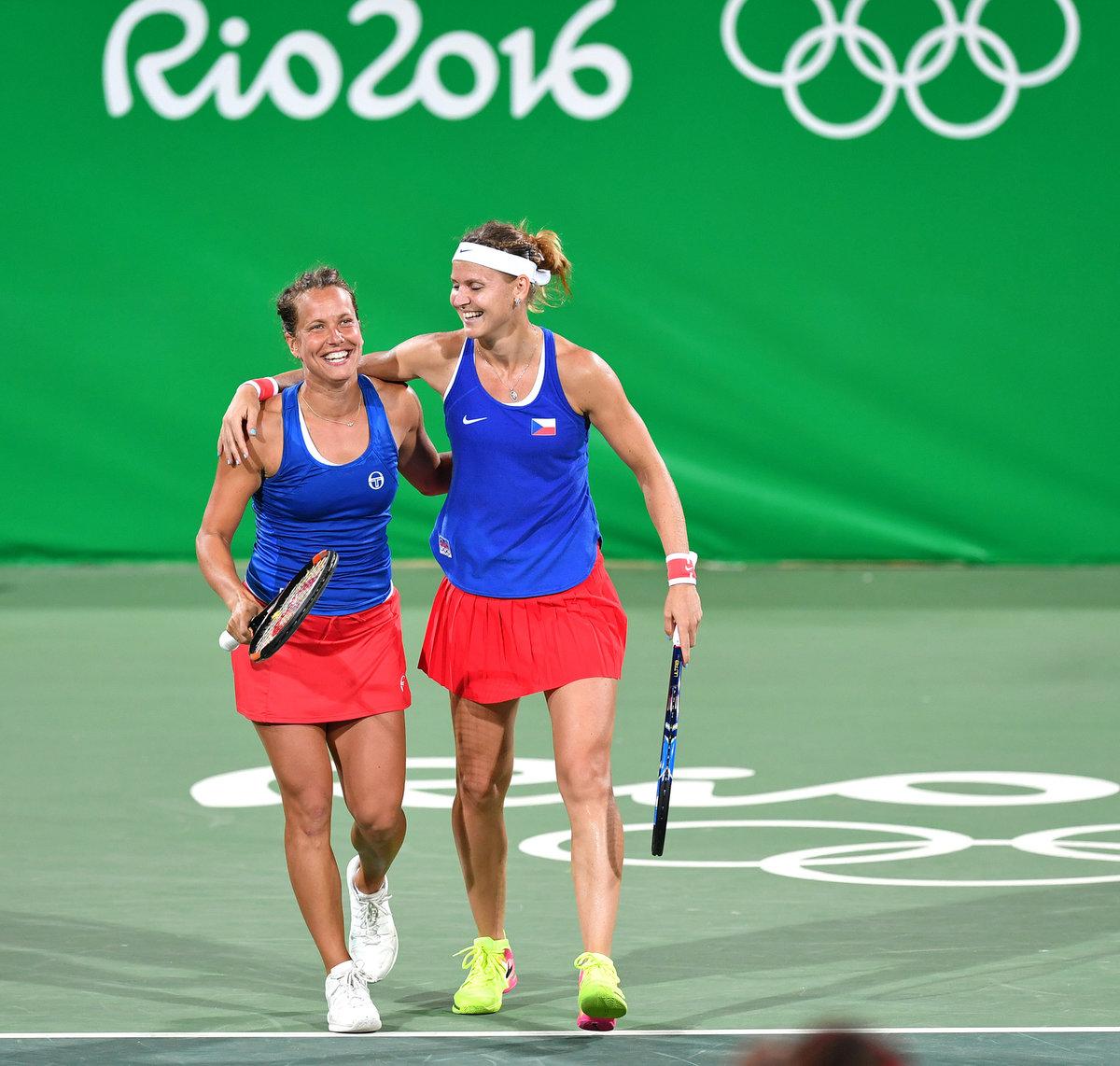 2016. Olympijské Rio Lucii svědčilo, s Barborou Strýcovou vybojovala bronz ve čtyřhře. Takhle se smály poté, co už v prvním kole překvapily sesterské duo Williamsových.