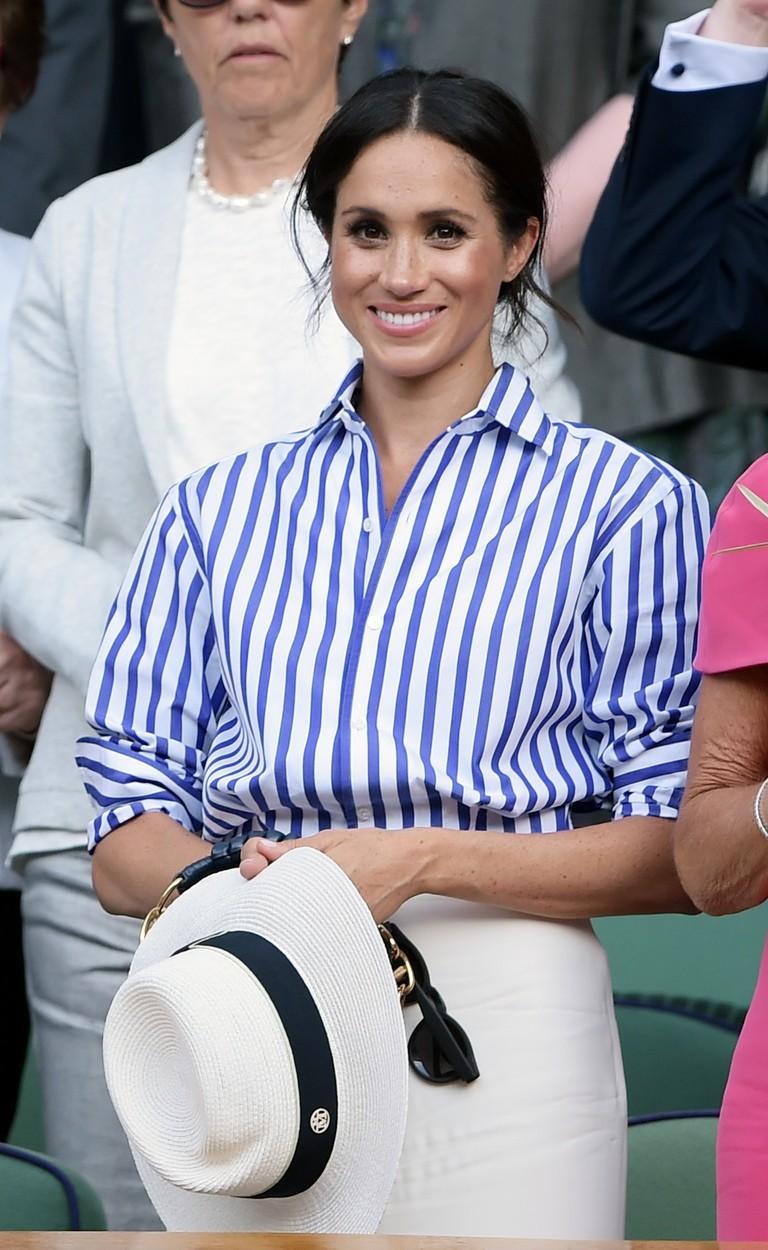 Meghan Markleová v proužkované košili.