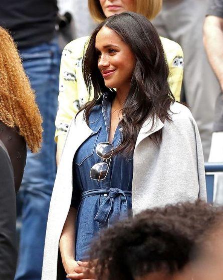 Meghan Markleová v džínových šatech.