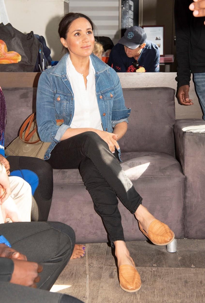 Meghan Markle a pověstná kombinace bílé košile a džínové bundy.