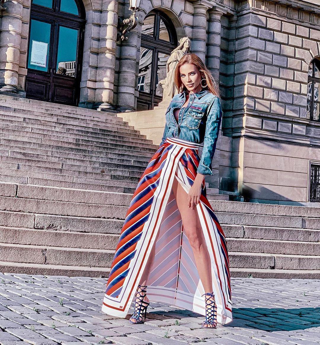 Andrea Verešová v sukni s rozparkem