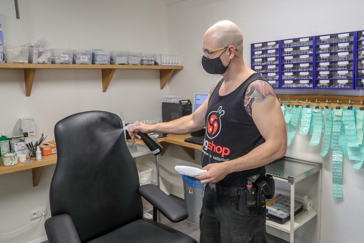 Miloslav Míka, provozovatel studia Hell, musel přistoupit k řadě změň ve svém tetovacím salonu