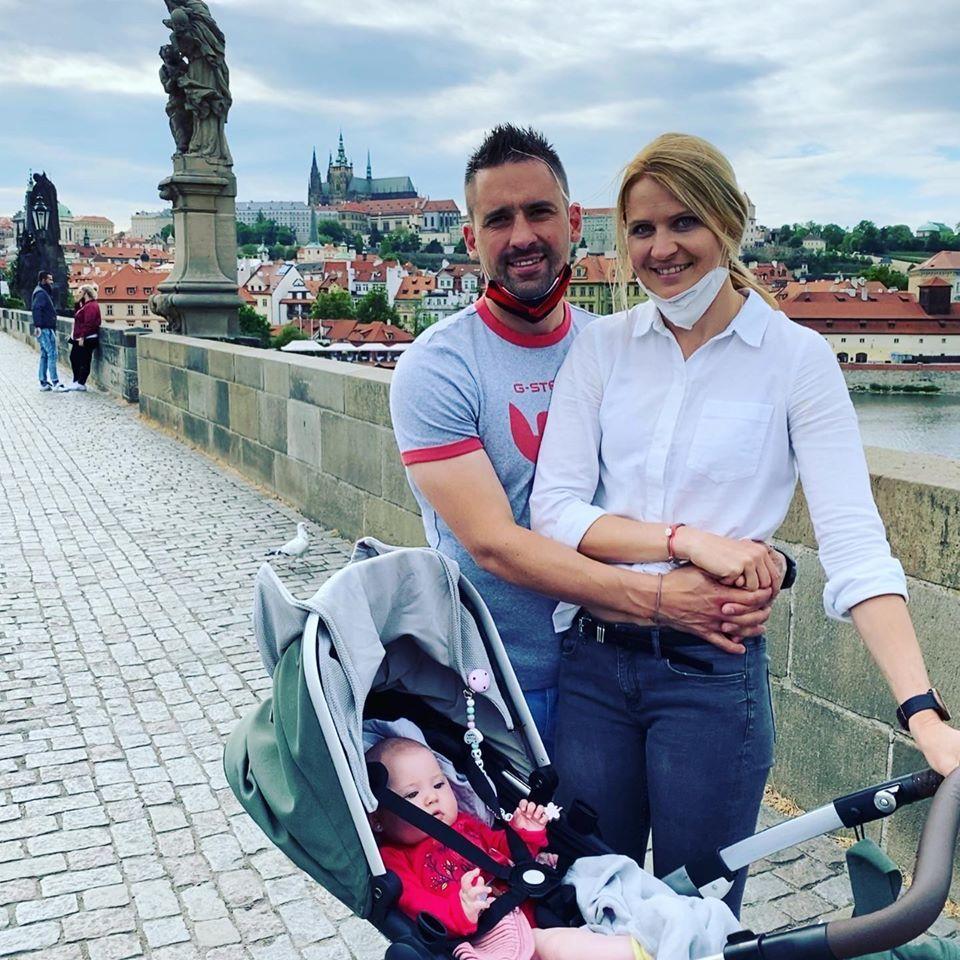 Lucie Šafářová s Tomášem Plekancem a malou dcerkou vyrazili na procházku na Karlův most.